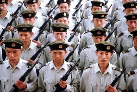 5月1日起,中国人民解放军三军将喜换新军服.图为驻辽宁陆军某部战